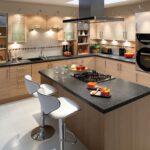 кухонный гарнитур с большим островом