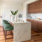 кухонный гарнитур с длинным островом