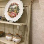 полка прованс на кухню с большой тарелкой