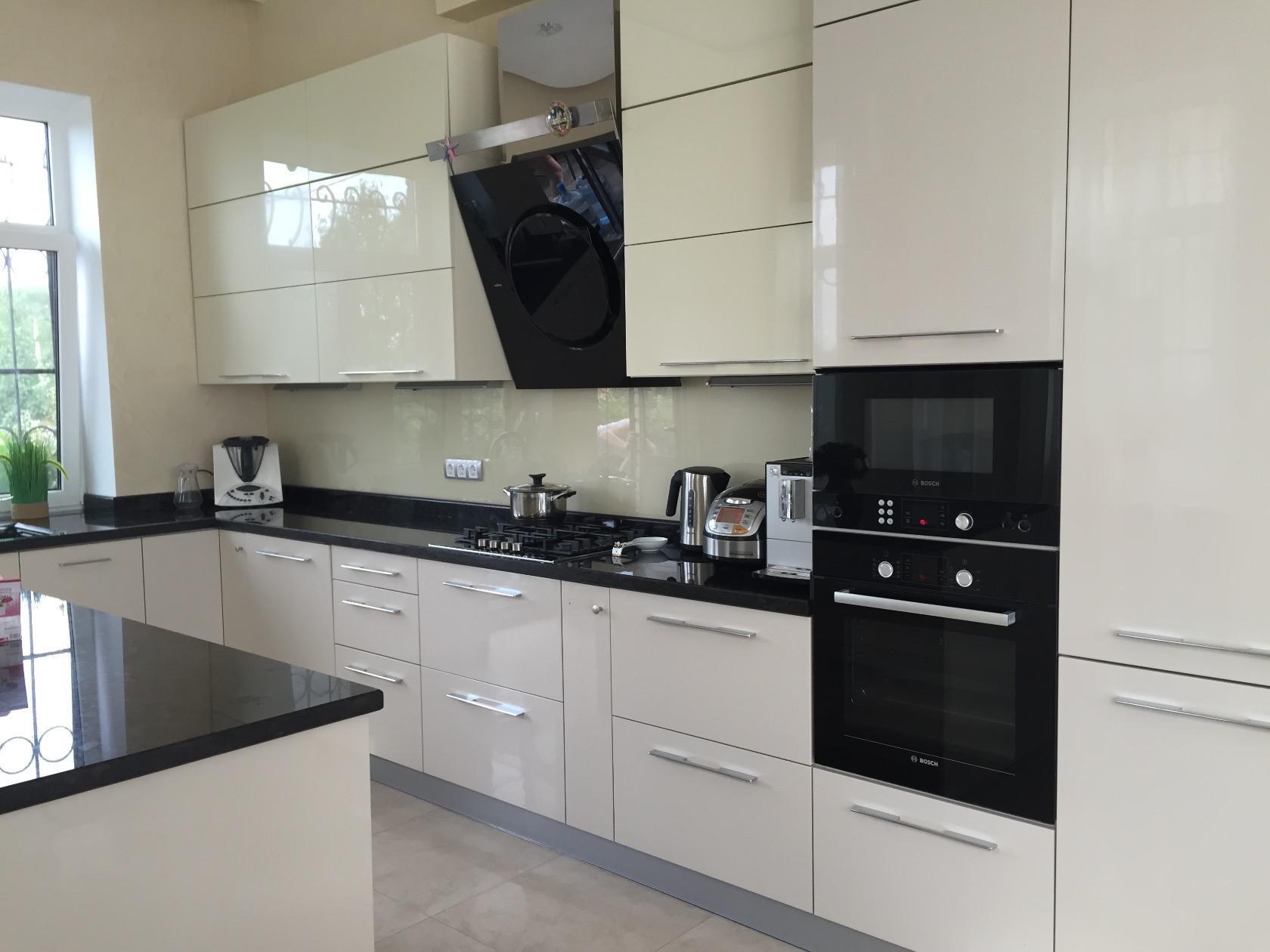 рожден дизайн кухонного гарнитура белый глянец фото позирует фото, обхватив