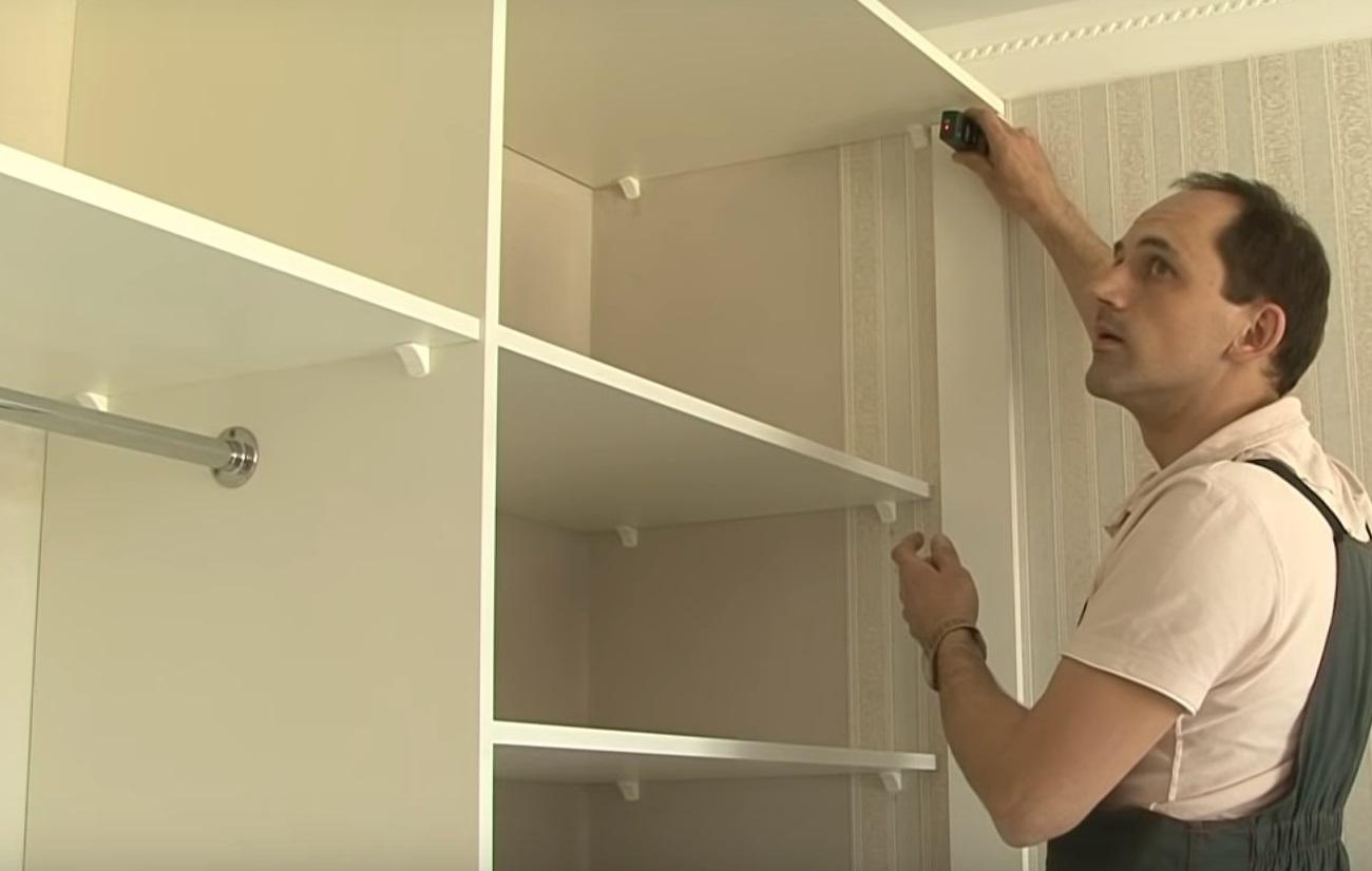 установка полок в шкаф