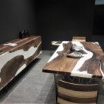стол из дерева пятнистый