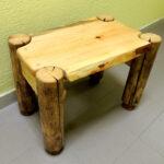 стол из дерева с бревнами