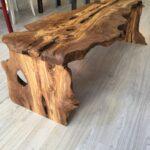 стол из дерева грубый