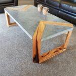 стол из дерева с вставкой