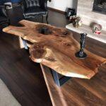 стол из дерева из большой доски