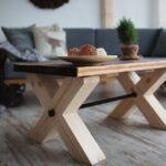 стол из дерева на светлых ножках