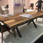стол из дерева со стеклянной вставкой
