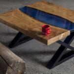 стол с синей вставкой из дерева