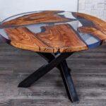 стол из дерева на черных ножках