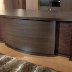 стол с коркодиловой кожей