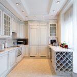 неоклассический кухонный гарнитур в длинной кухне