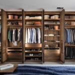 большой деревянный шкаф