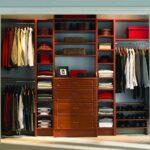 открытый деревянный шкаф