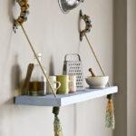 подвесные дизайнерские полки на кухне