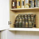 полка для специй металлическая в шкафу