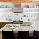 полки в кухне белые