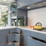 полки в кухне серые