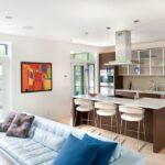 кухня с картиной