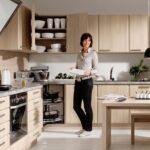 кухня с женщиной