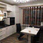 кухня с нитяными шторами