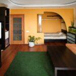 интерьер в хрущевке с зеленым ковром