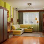 интерьер в хрущевке с желтым диваном