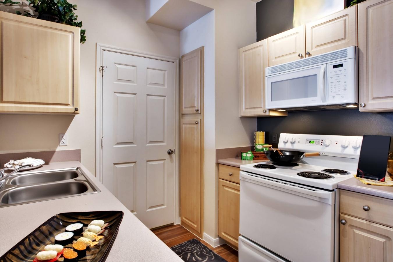 мойка и холодильник на кухне