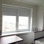 рулонно-кассетные шторы в комнате