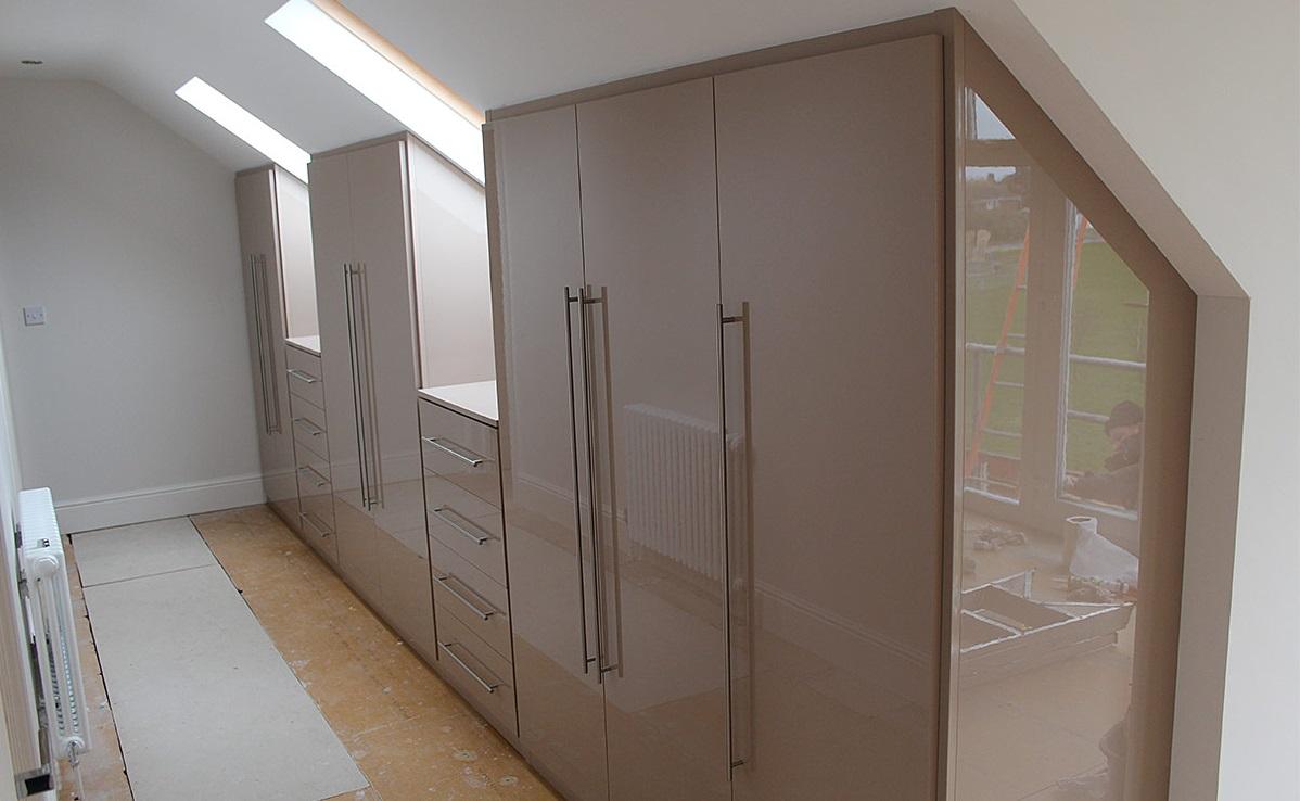 решил встроенные шкафы под мансарду фото многих местах вот