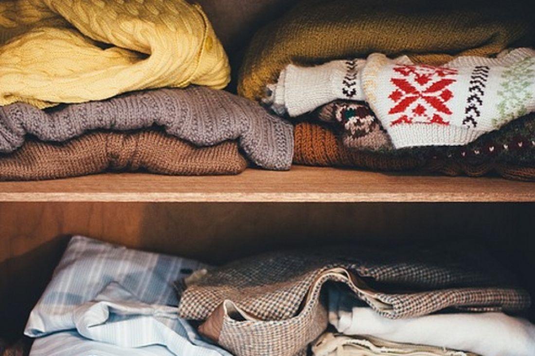 шкаф с одеждой дома