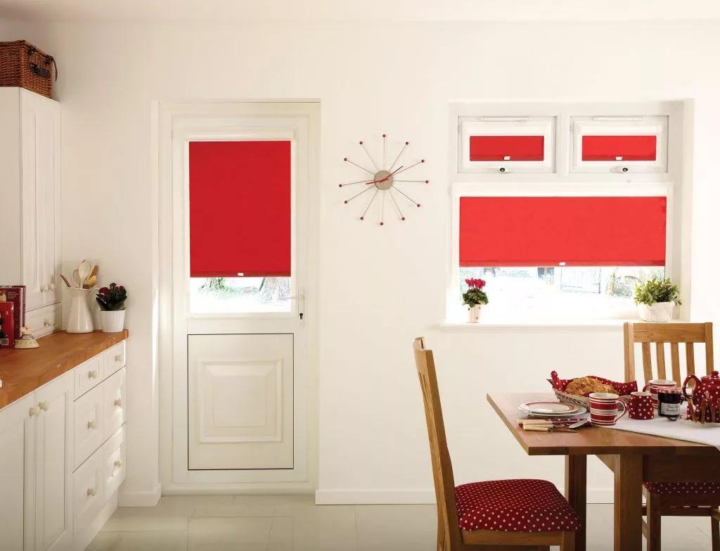 рулонные шторы красные на кухню