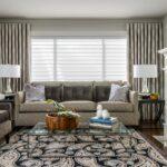 шторы модерн за диваном