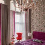 шторы в спальне с малиновой кроватью