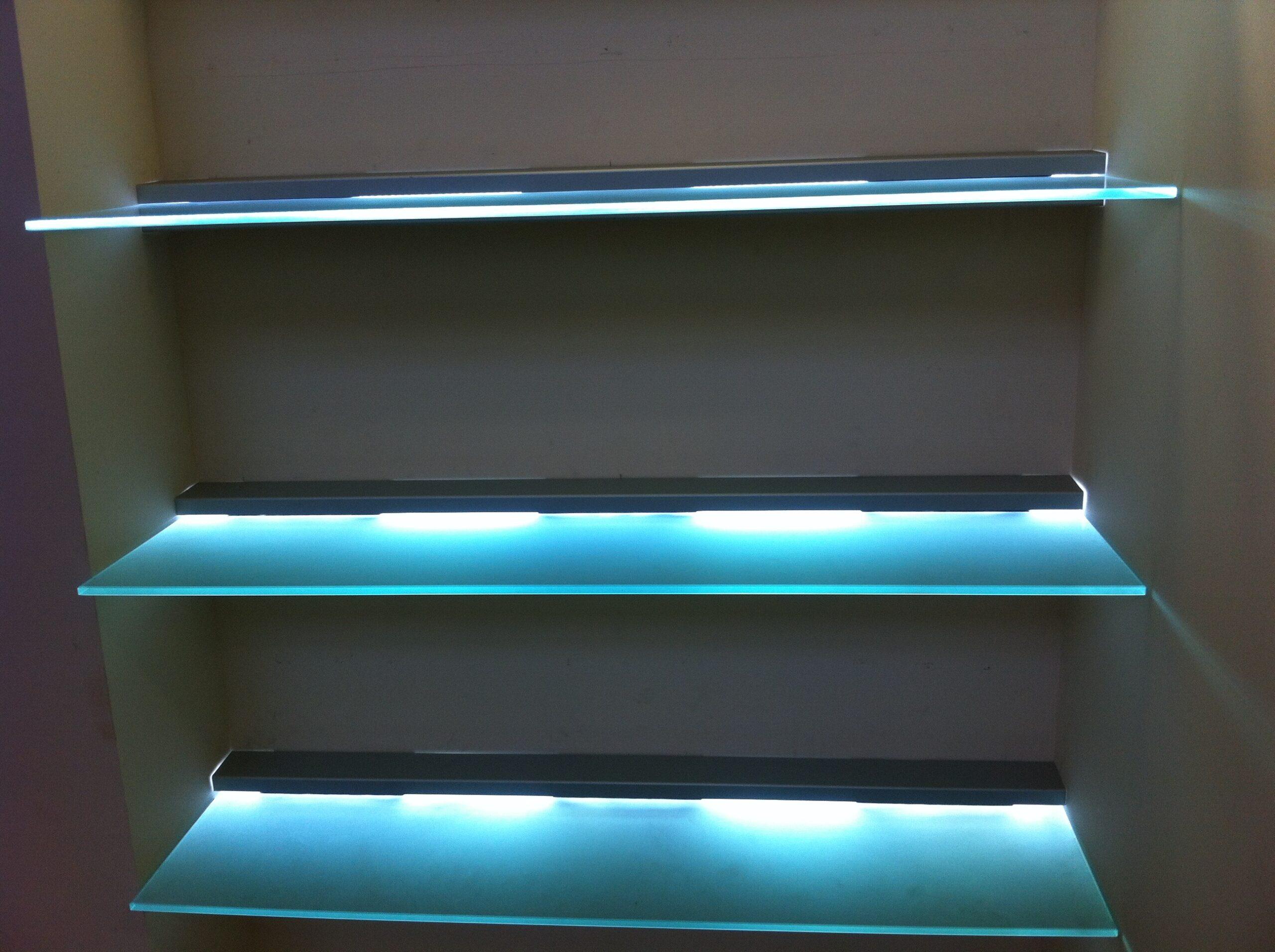 стеклянные полки в шкафу