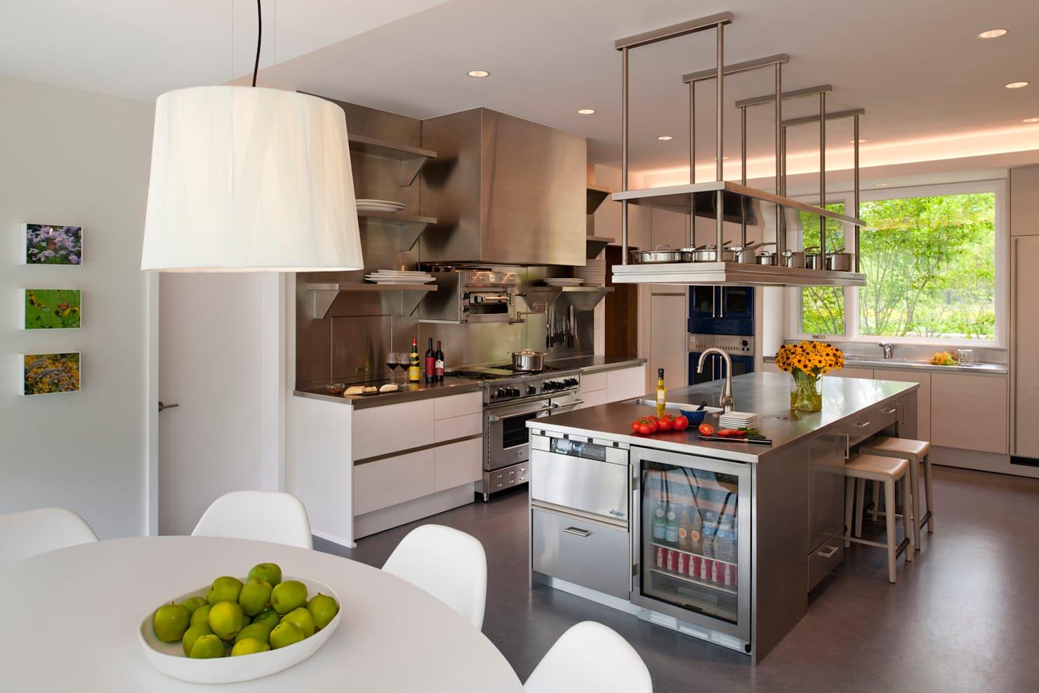 стол остров на кухне интерьер