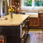 кухонная столешница с вазой