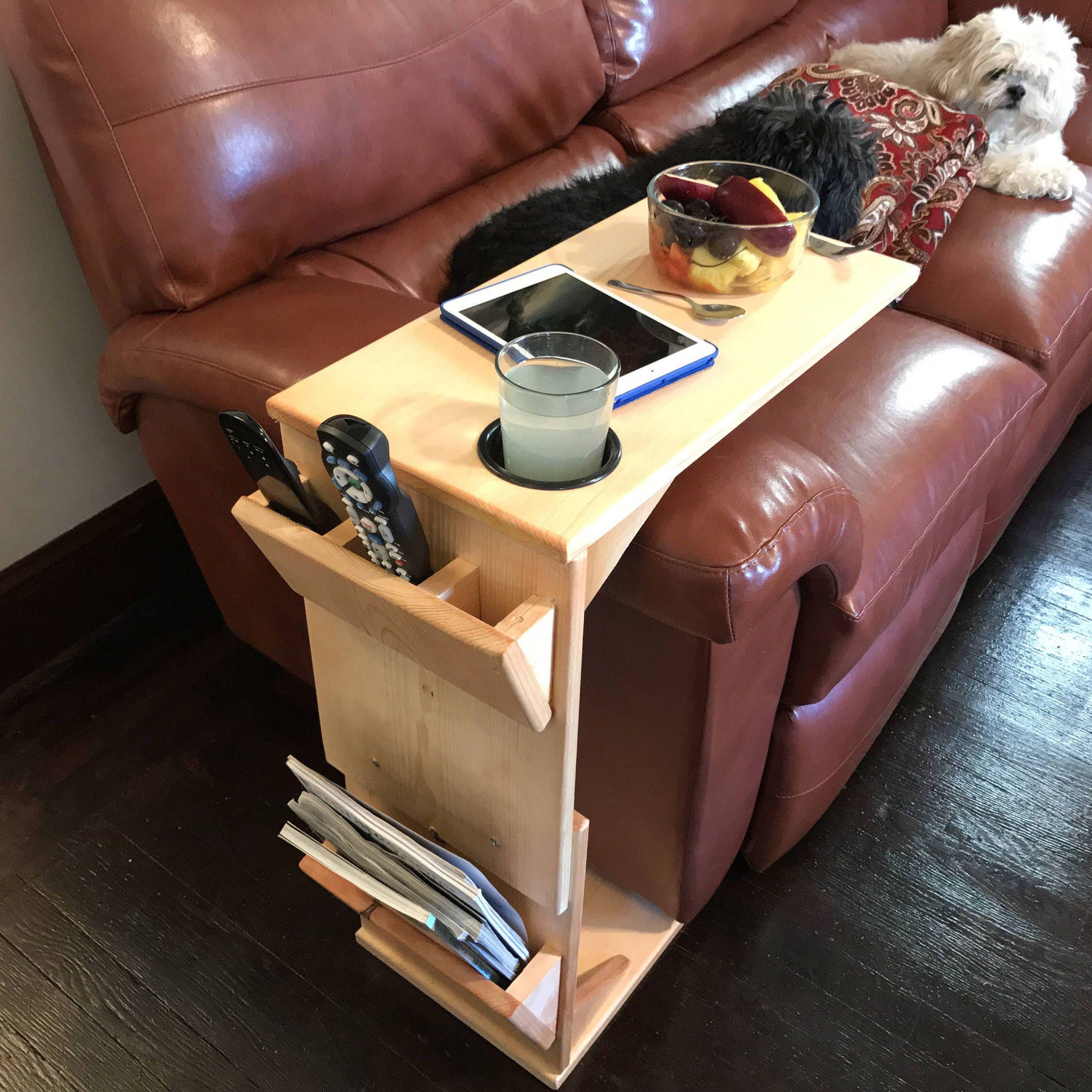столик на подлокотник дивана фото