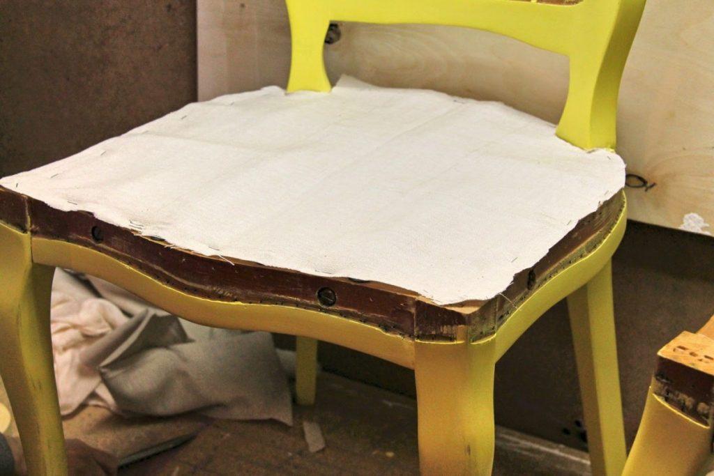 стул с мягкой обивкой