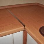 стык кухонной столешницы фото оформление