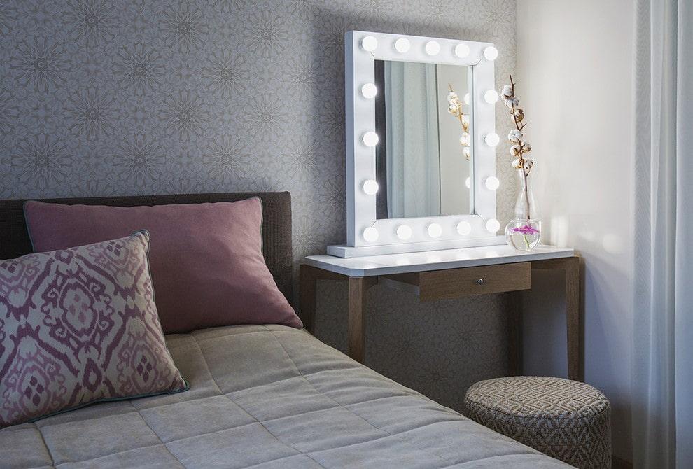 столик для макияжа с зеркалом декор