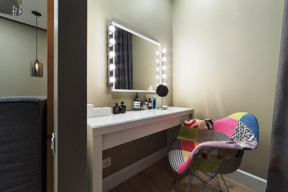 столик для макияжа с зеркалом оформление