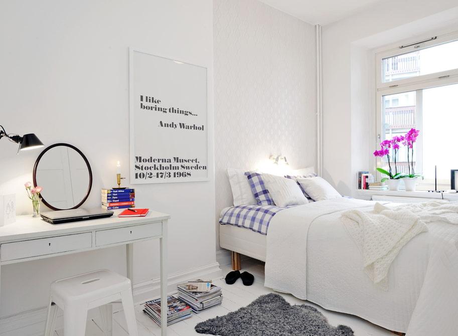 столик для макияжа с зеркалом в спальне