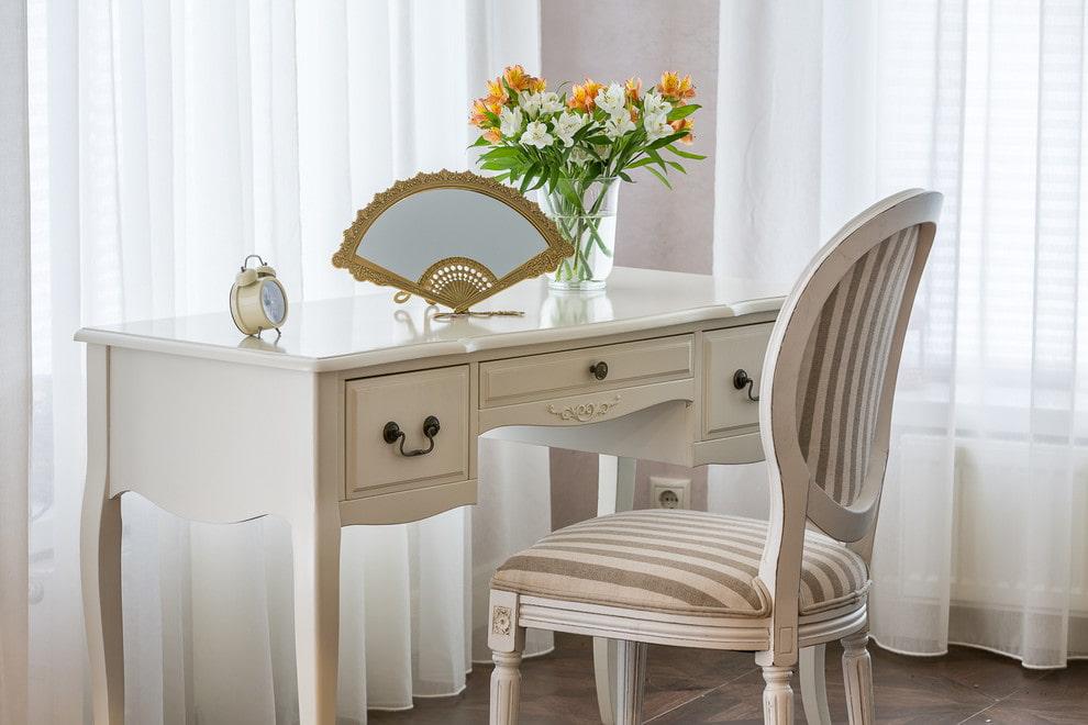 столик для макияжа с зеркалом варианты