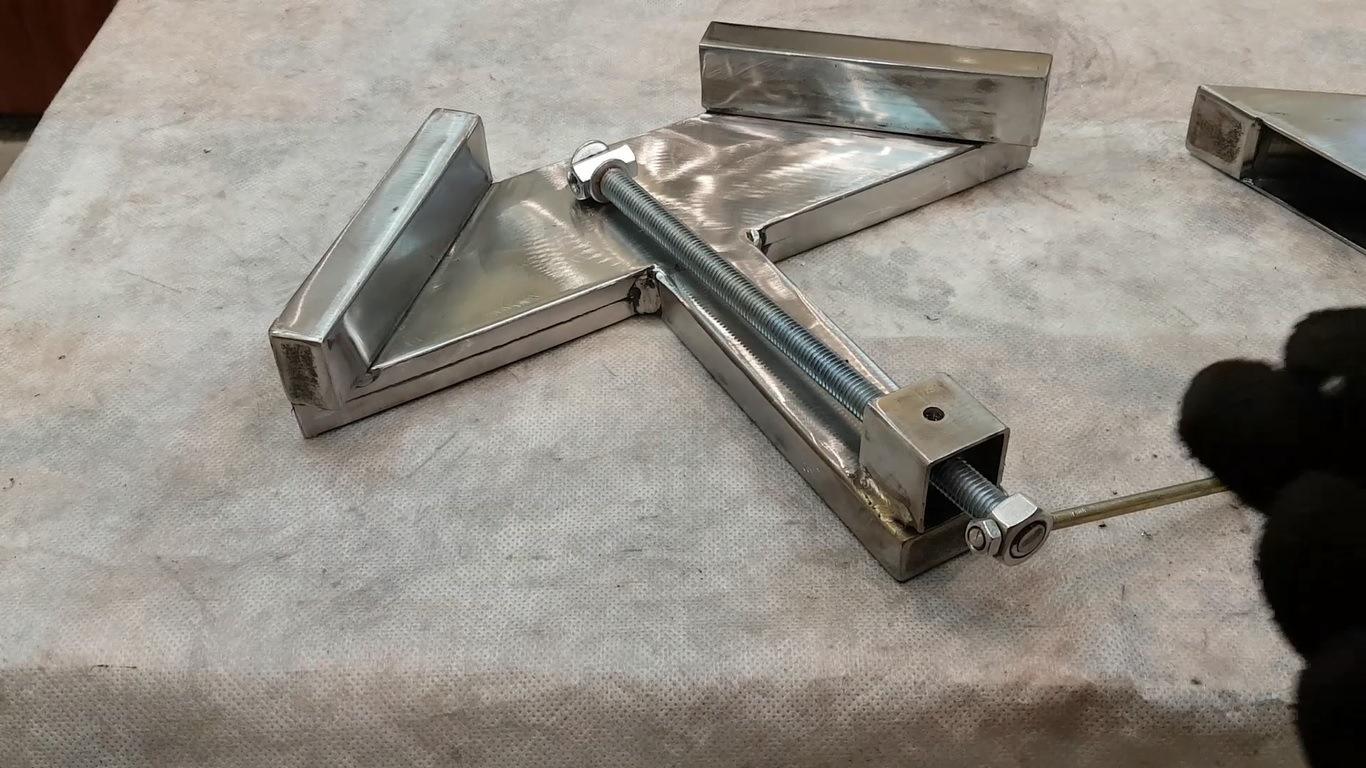 угловая струбцина из металла