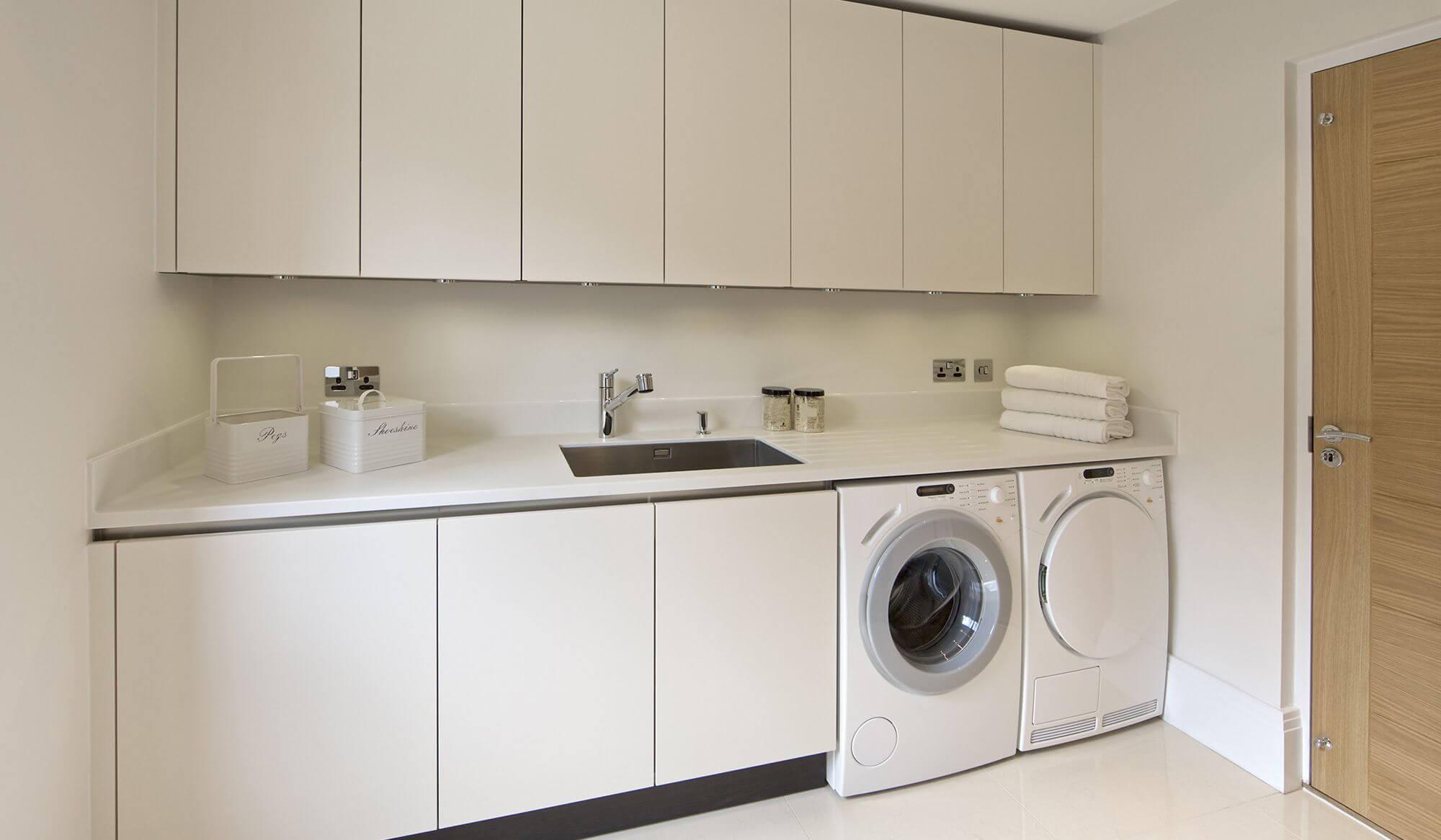 Сушильная машина в кухонном гарнитуре фото