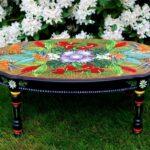 стол оформлен красками