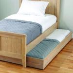 выдвижная кровать с серым одеялом