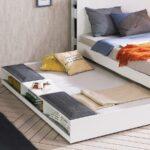 выдвижная кровать с подушками