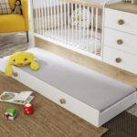 выдвижная кровать с желтой игрушкой